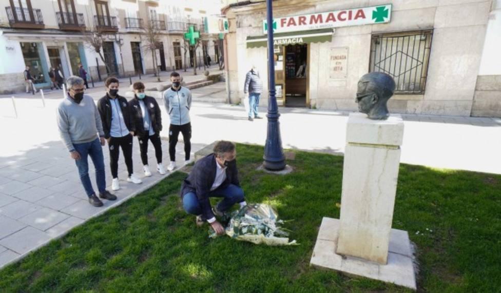 Momento de la ofrenda floral en la Plaza de Pombo. Foto: Real Racing Club