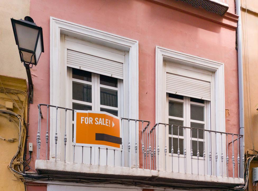 El precio de la vivienda cae un 5,1 % en febrero y la venta cede un 1,1 %