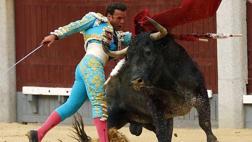 Antonio Ferrera, en una imagen de archivo, lidiando un toro de Adolfo Martín en Las Ventas