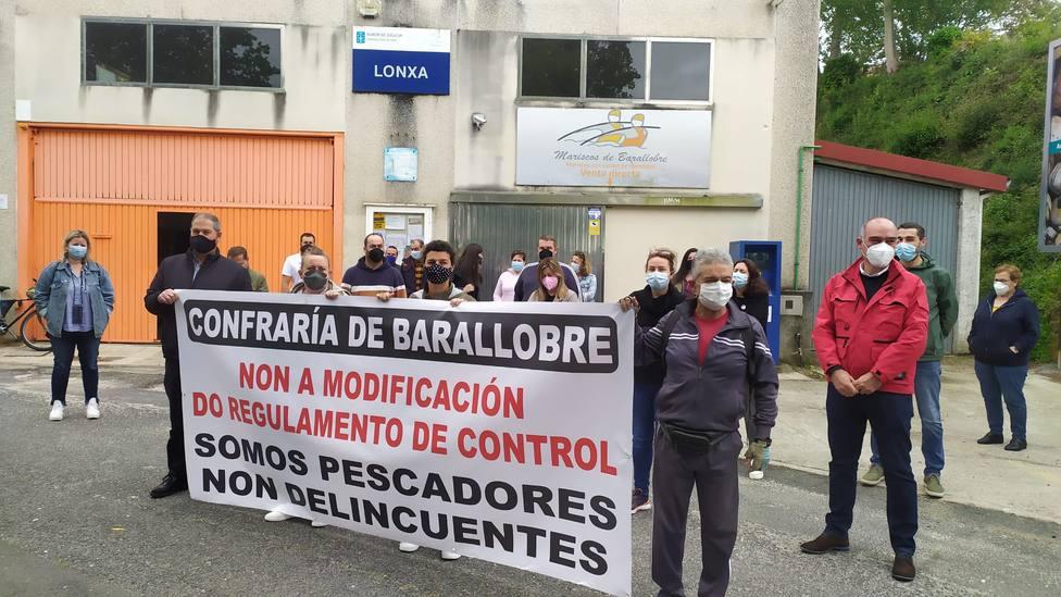 Los socios de la Cofradía Santiago Apóstol de Barrallobre ante la sede de la Cofradía - FOTO: Cedida