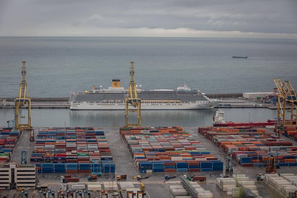 Un crucero atracado en el Puerto de Barcelona en abril de 2020 durante la pandemia - David Zorrakino -