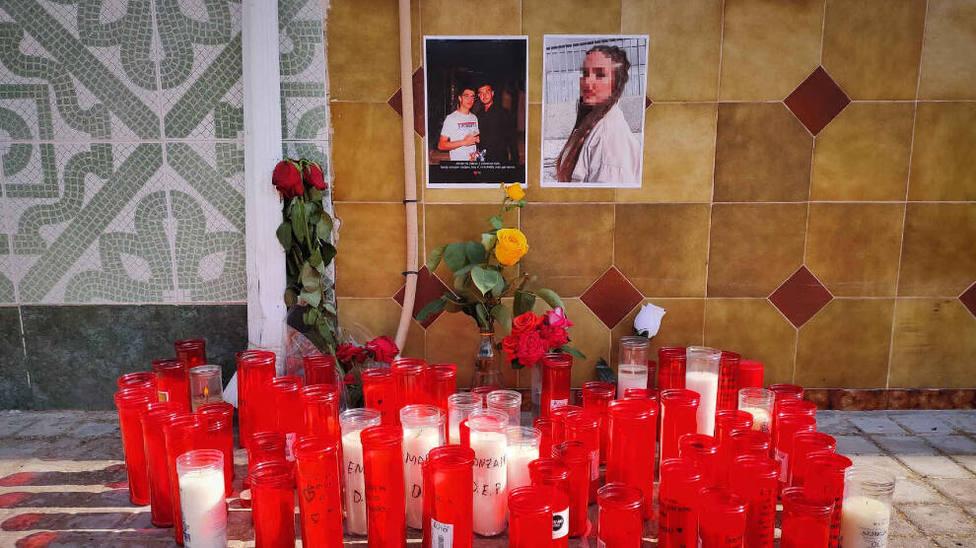 Velas en recuerdos de los 3 jóvenes fallecidos en el accidente de Argamasilla