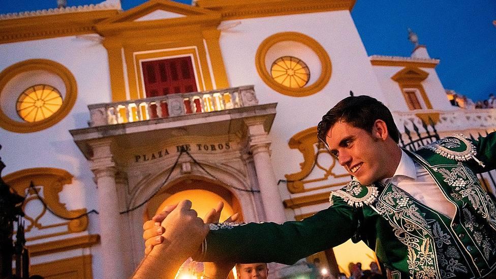 Guillermo Hermoso de Mendoza en su salida a hombros por la Puerta del Príncipe de la Maestranza