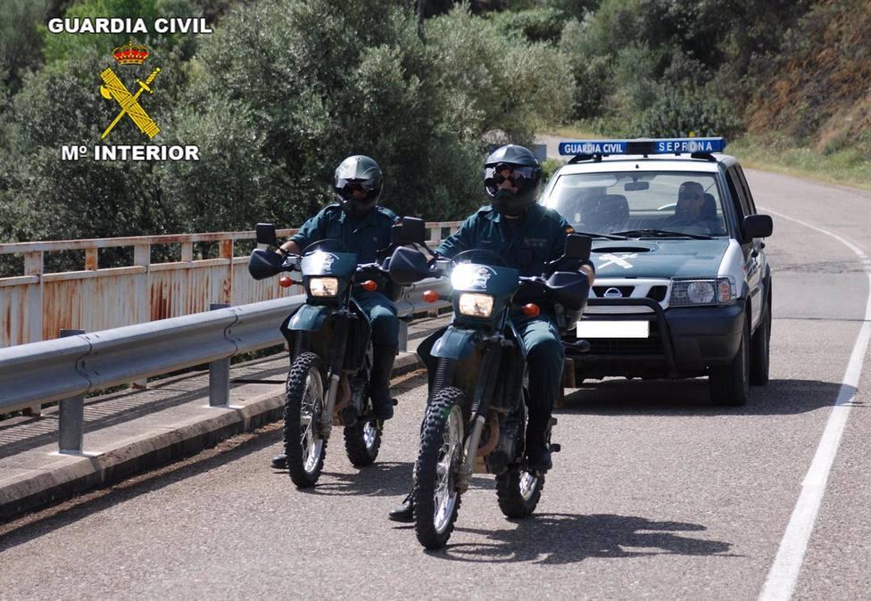 El Seprona investiga una denuncia por el asfaltado de una vía pecuaria en una parcelación de la Sierra