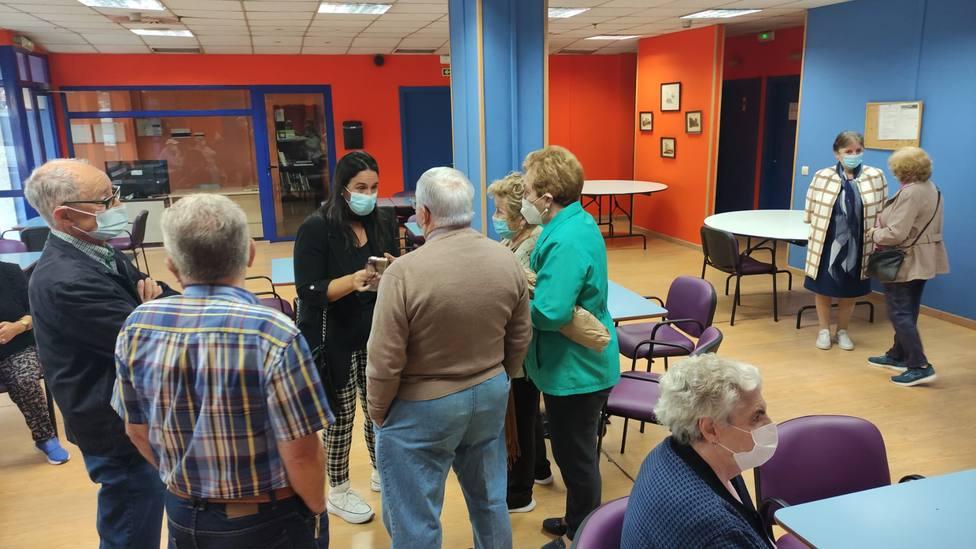 La concejala de Bienestar Social, Eva Martínez, en el centro de mayores de Río Xuvia. FOTO: concello de Ferrol