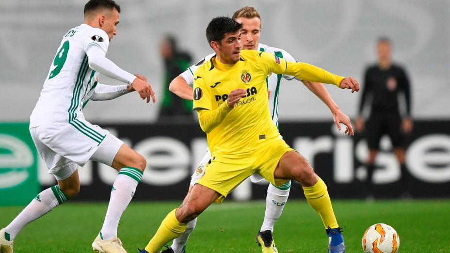 Gerard Moreno mantiene el balón ante Veton Berisha. EFE