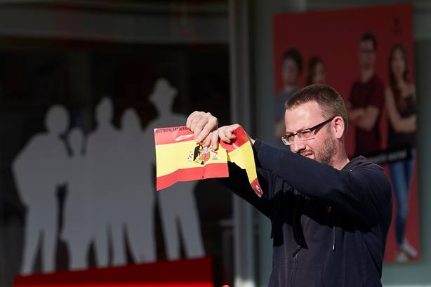 150 personas rompen varias banderas de España en la Autónoma de Barcelona