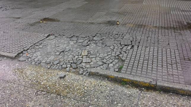 Acera destrozada por los vehículos que aparcan encima