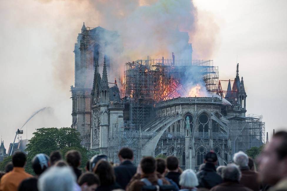 April 15, 2019 - Paris, France: Parisians and tourists watch the cathedral burn. A fire was declared late afternoon in the cathedral of Notre Dame de Paris ravaging the roof and the spire of the building. (Michael Bunel/Contacto)