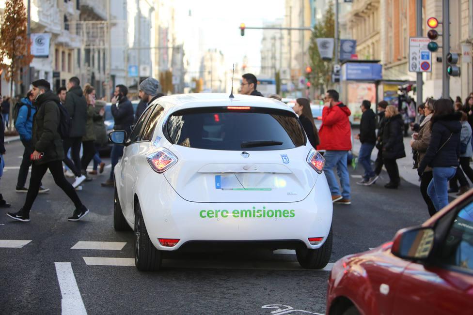 Coche de bajas emisiones por la Gran Vía madrileña durante la presentación de Madrid Central, el proyecto para convertir todo el centro de la capital en una zona de bajas emisiones.