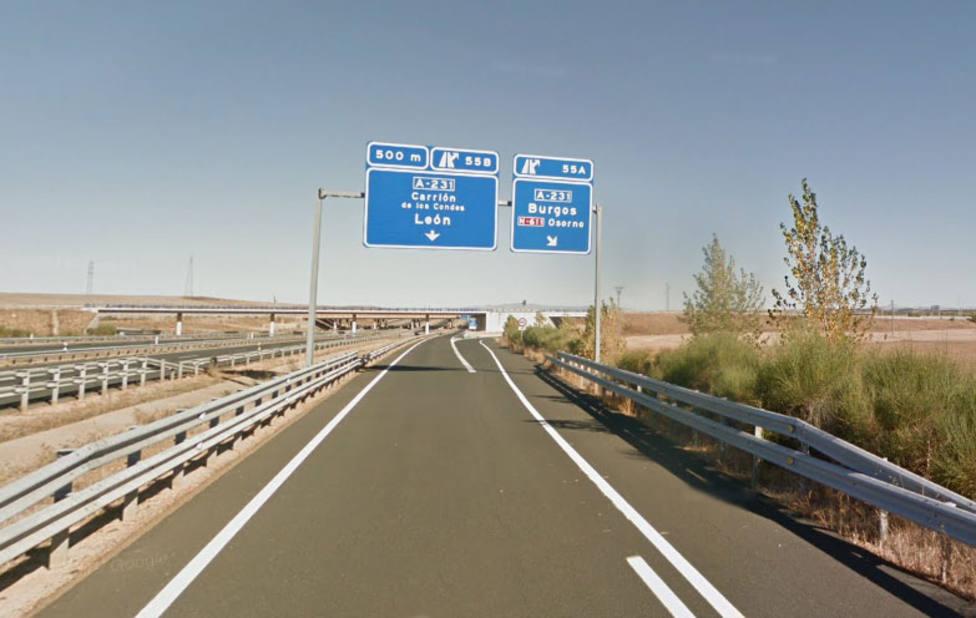 Herido leve un camionero tras el vuelco de su vehículo en Osorno (Palencia)