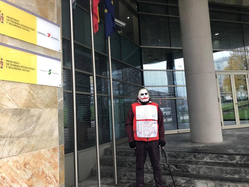 Protesta ante la Seguridad Social disfrazado de Joker porque no le dan una incapacidad