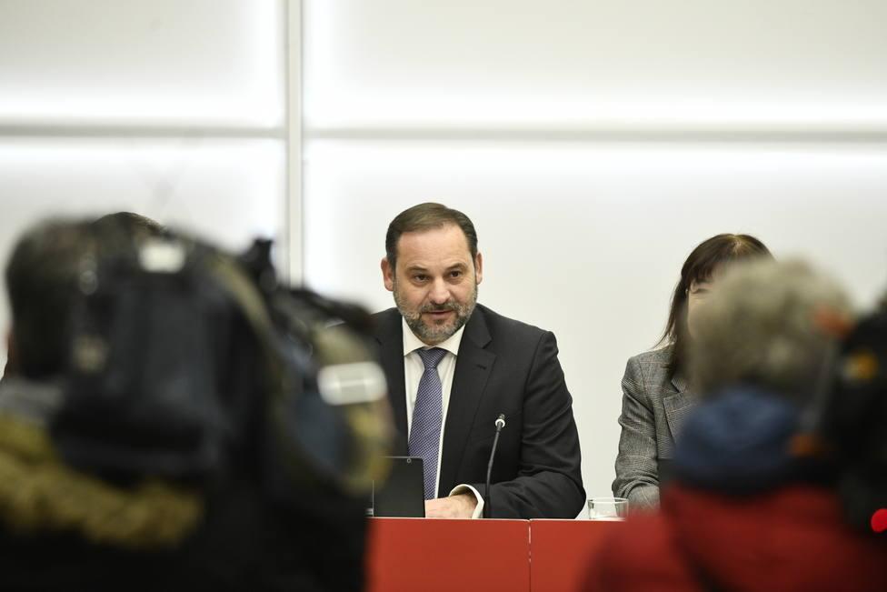 Ábalos considera una nimiedad que Sánchez no llame a Casado, al que acusa de inmadurez