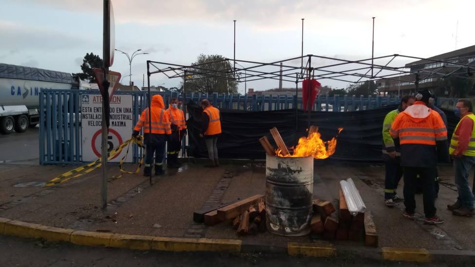 Trabajadores de Alcoa en el exterior del complejo industrial de San Cibrao