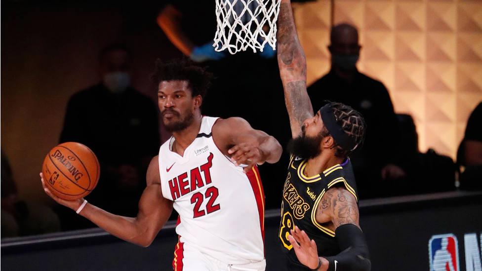 Jimmy Butler, de Miami Heat, trata de sacar el balón ante Markief Morris, de Los Angeles Lakers. EFE