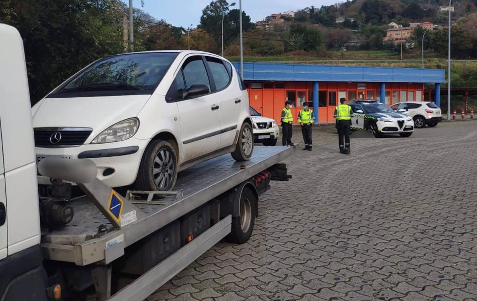 El vehículo del conductor sin carnet en el peaje de la autopista AP-9 en Cabanas - FOTO: Guardia Civil