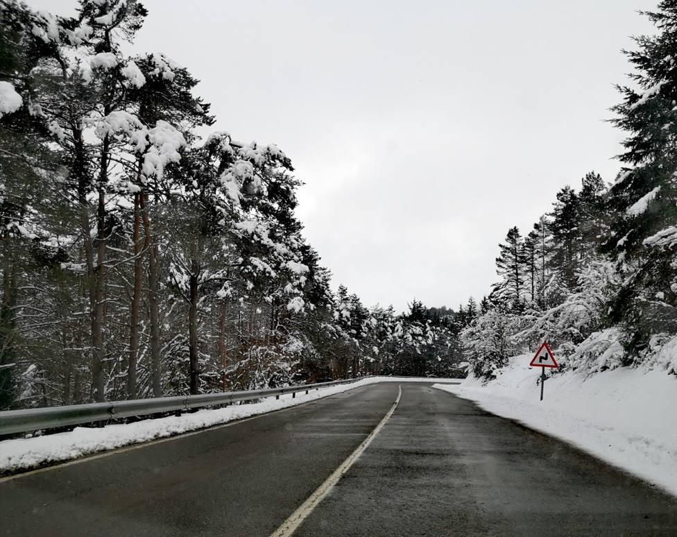Prohibida la circulación de vehículos pesados en el Alto do Poio a causa de la nieve
