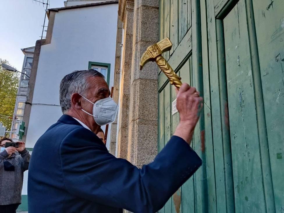 El hermano mayor del Santo Hospital de Caridad, Alberto Lens, llama a la iglesia de las Angustias