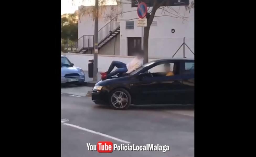 Vídeo | Un joven reincidente conduce temerariamente un coche con otro joven subido en el capó