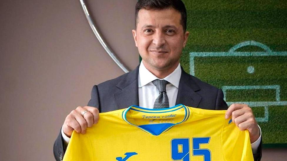 El presidente de Ucrania, Volodímir Zelenski, con la camiseta de su país para la Eurocopa 2020