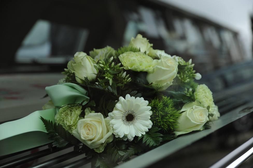 Flores sobre un ataud en un funeral