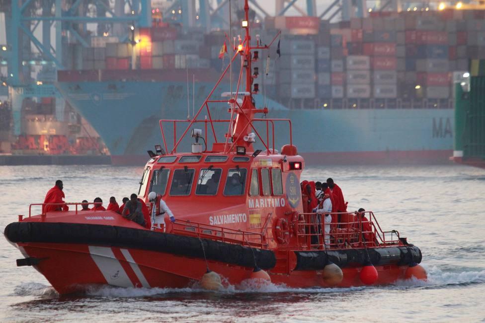 Rescatan a dos menores en una balsa hinchable perdida en aguas del Estrecho