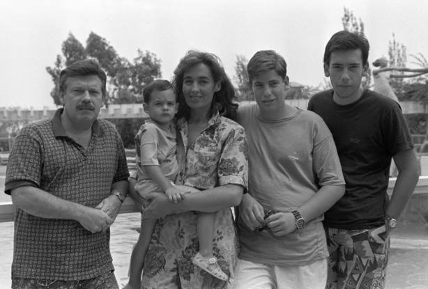 José María Iñigo y su familia, en la piscina del hotel donde pasan unos días de vacaciones en Palma de Mallorca