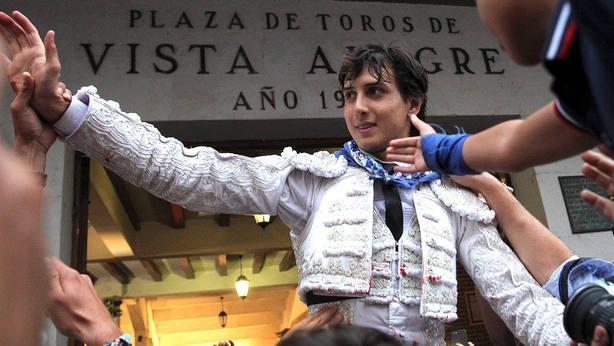 Andrés Roca Rey en su salida a hombros este viernes en el coso bilbaíno de Vista Alegre