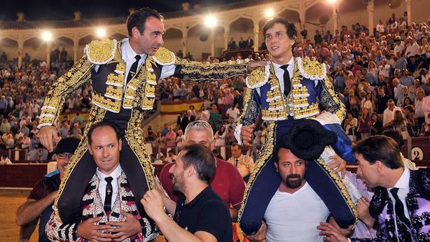 Enrique Ponce y Andrés Roca Rey en su salida a hombros este jueves en Albacete