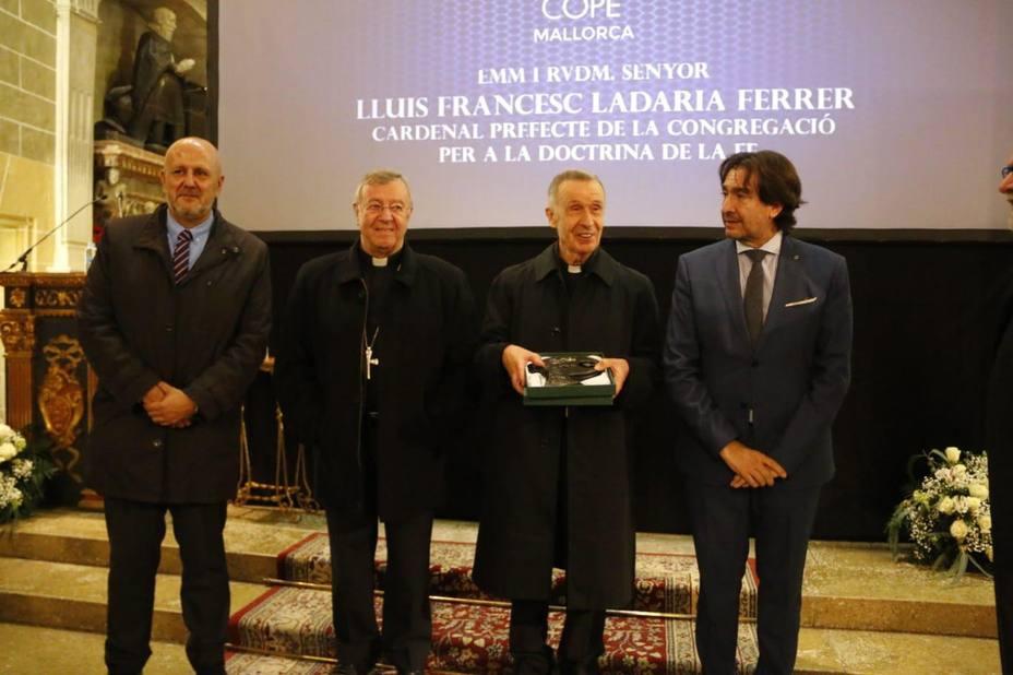 El cardenal Lluis Ladária recibe el Premi Popular d'Honor