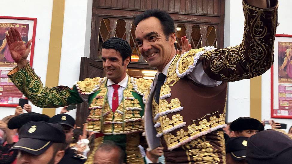 Emilio de Justo y El Cid en su salida a hombros del coso santanderino de Cuatro Caminos