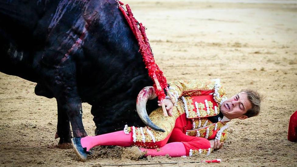 Javier Cortés durante el dramático percance sufrido este domingo en Las Ventas