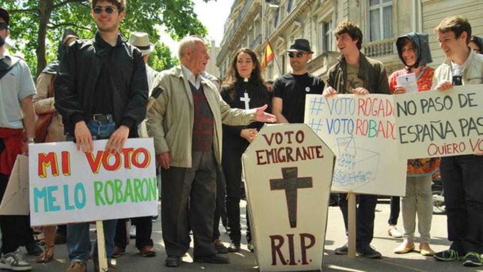 Un grupo de electoresse manifiesta en contra del voto rogado