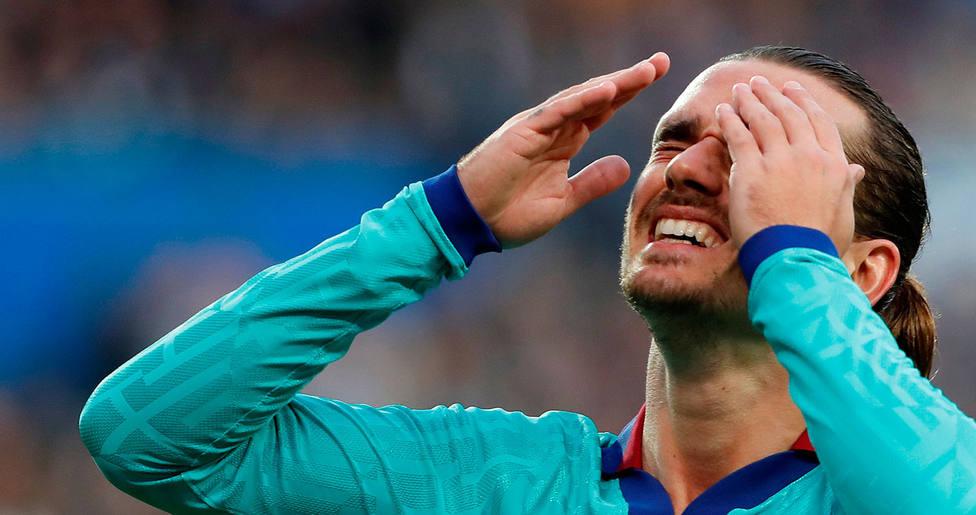 Piqué se lamenta en el partido ante la Real Sociedad (EFE)