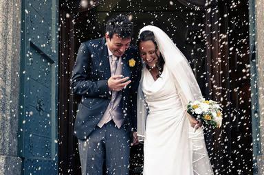 Lanzan arroz a unos recién casados al salir de la Iglesia