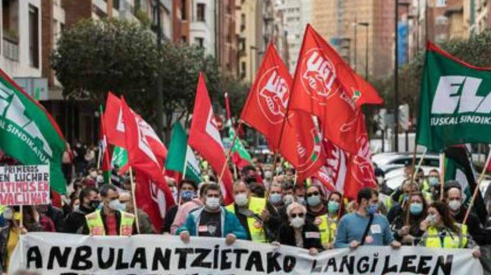 Los trabajadores de ambulancias se concentran en Vitoria para exigir que se les vacune