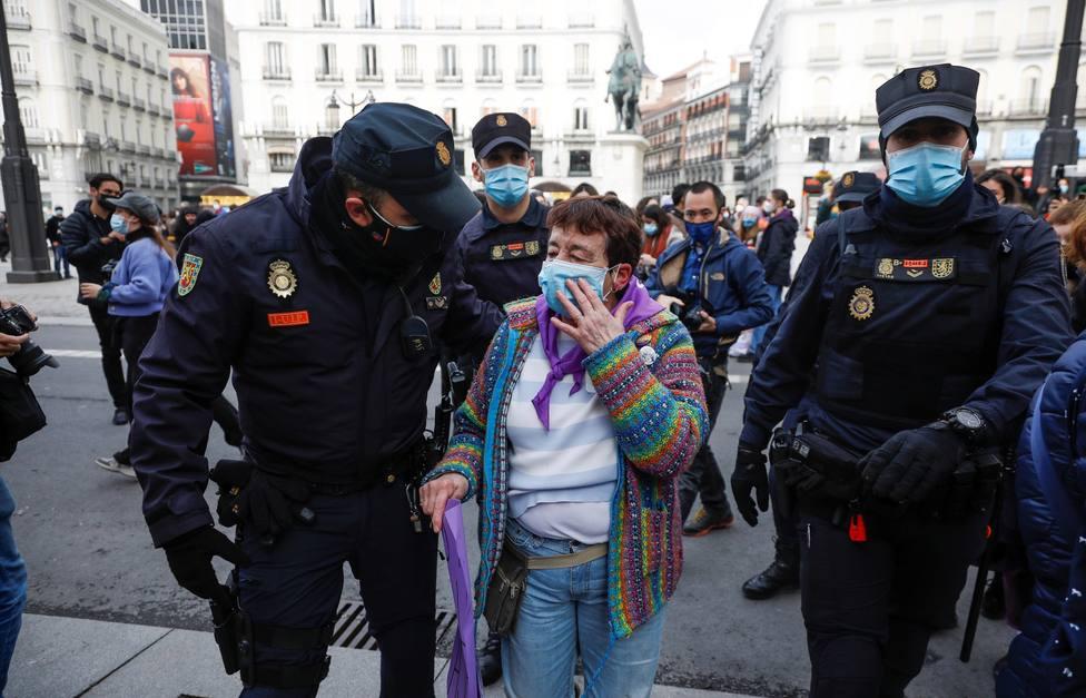 Incidentes en la Puerta del Sol durante el 8-M: dos mujeres, increpadas al cantar el Cara al Sol