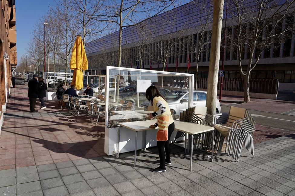 Una hostelera monta la terraza de su cafetería en Valladolid