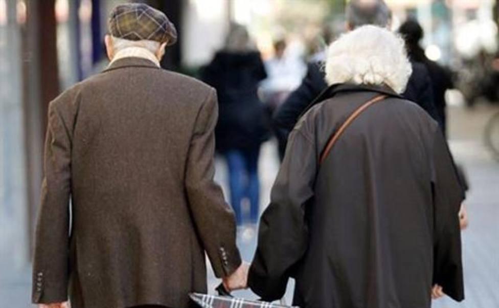 Dos jubilados por la calle tras hacer la compra. Foto: EFE