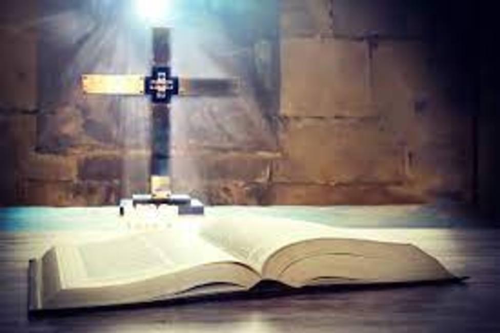 Fotografía de la Cruz y la Biblia