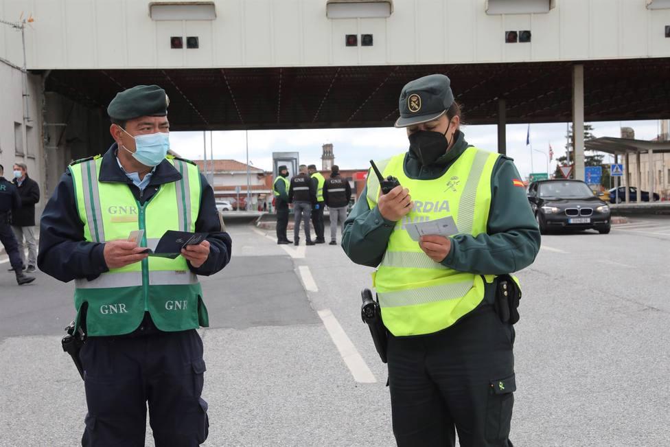 Una agente de la Guardia Civil junto con un efectivo de la GNR lusa en la frontera de Vilar Formoso-Fuentes de