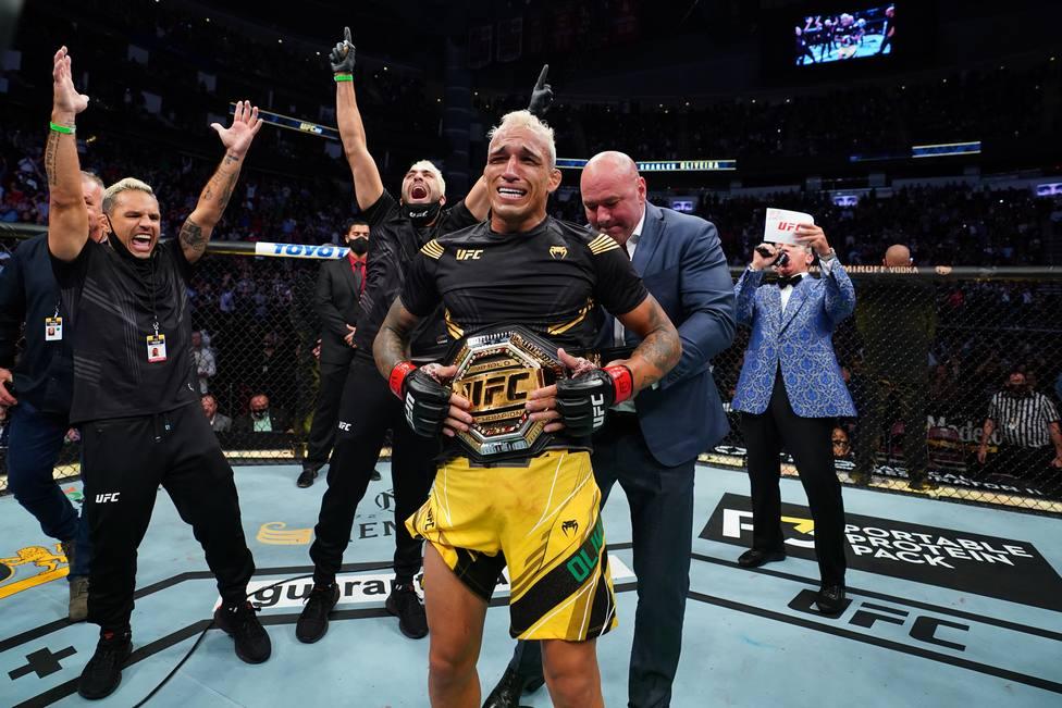 Oliveira se corona rey de la UFC