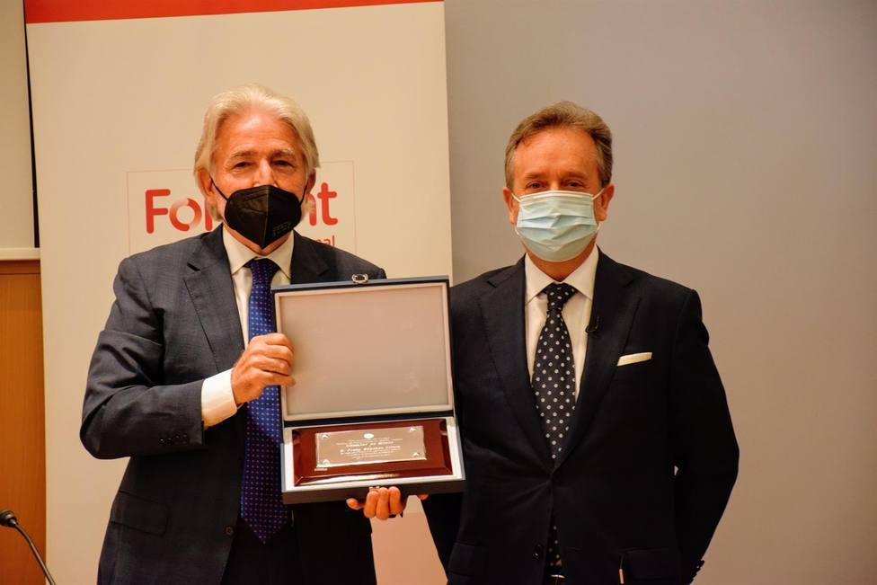 Josep Sánchez Llibre recibiendo la distinción de Miembro de Honor - FOMENT DEL TREBALL