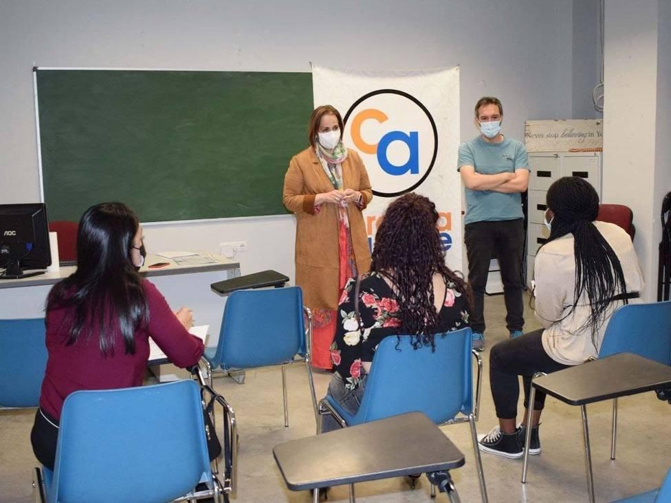 Diez personas inmigrantes se forman en un curso de auxiliar de comercio financiado por el IMDEEC