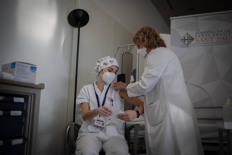 ctv-azh-una-enfermera-vacuna-a-un-profesional-sanitario-con-la-vacuna-de-pfizer-biontech-contra-el-covid-19-en-el-hospital-de-la-santa-creu-i-sant-pau-de-barcelona