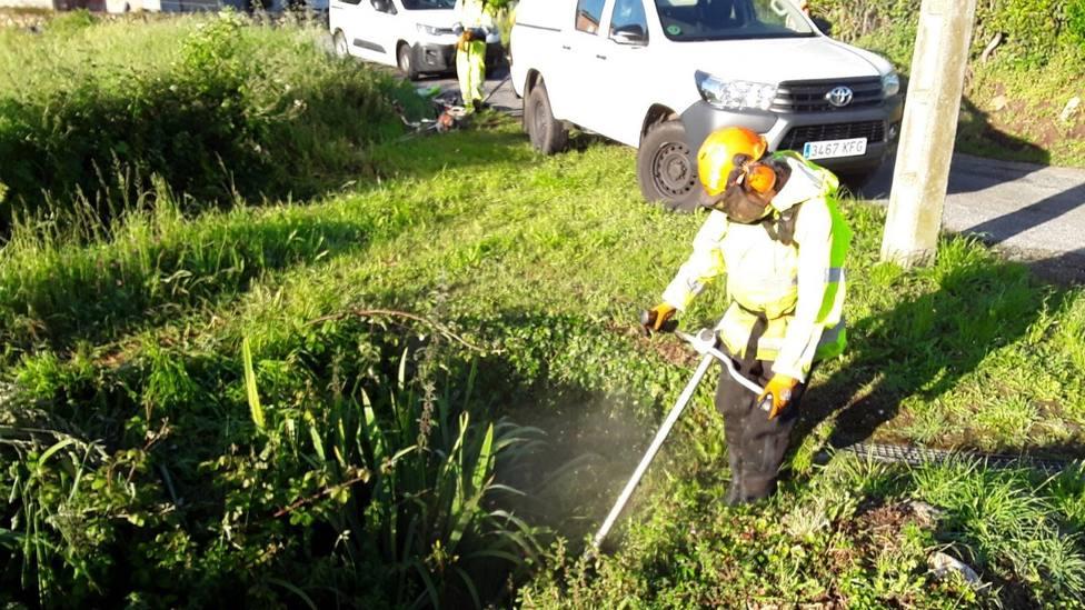 Operario realizando tareas de desbroce en el entorno del río Santiago, en el municipio de Barreiros