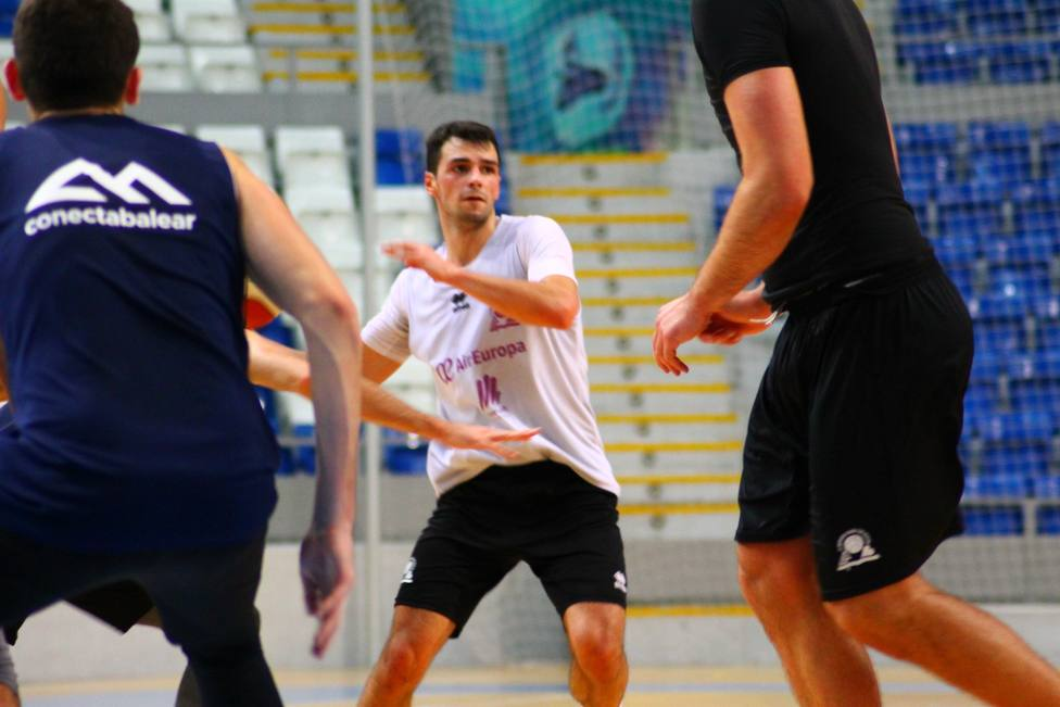 Feliu, entrenándose con el primer equipo durante la temporada pasada