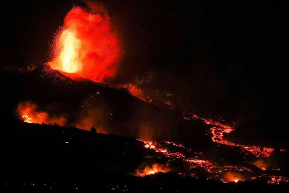 Huelva.- Un bombero del Ayuntamiento, miembro de BUSF, viaja a La Palma para ayudar y lleva 17.000 mascarillas