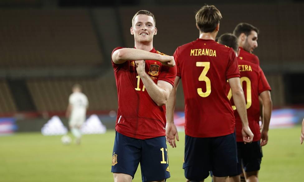 Sergio Gómez celebra uno de los goles de España (@sefutbol)