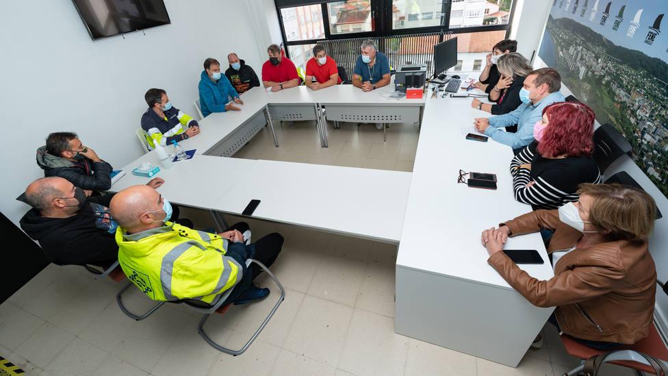 El comité de empresa de ElectroRayma se reunió con portavoces municipales de Fene. FOTO: César Galdo